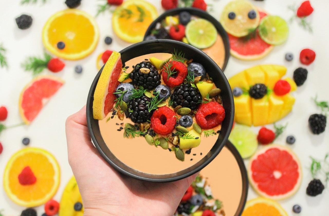 Smoothie med hallon, blåbär och citrusfrukter