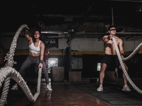 En man och en kvinna som tränar